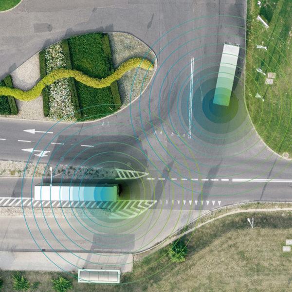 autonome Transport-Shuttles auf Kreuzung