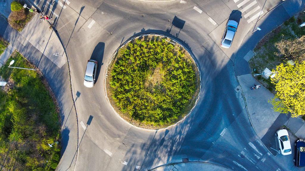 Kreisverkehr mit 2 Fahrzeugen