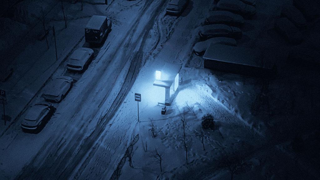 Schneefahrbahn in der Nacht